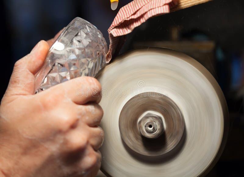 Vakman tijdens het schuren van een kristalasbakjes royalty-vrije stock afbeelding