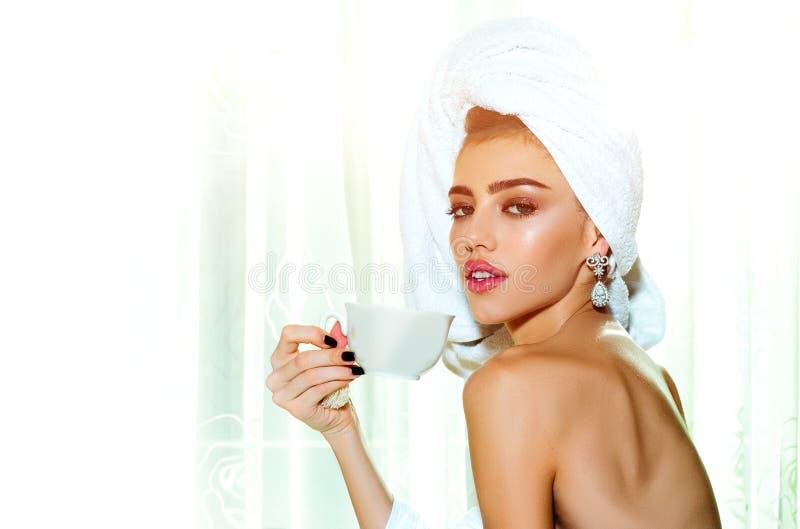 Vakna på morgonen Skönhetskvinna med kaffe Skönhetsbild av honansikte med naturligt hud Glamormodeporträtt fotografering för bildbyråer