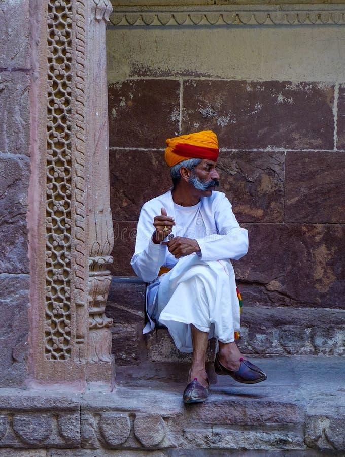 Vakt i traditionell dräkt av det forntida fortet fotografering för bildbyråer