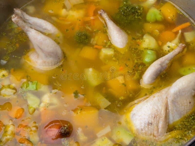 Vaktelnudelsoppa, hemlagade buljonggrönsaker, komfortmat, Zeama, traditionell Moldavian och rumänsk soppa arkivfoto