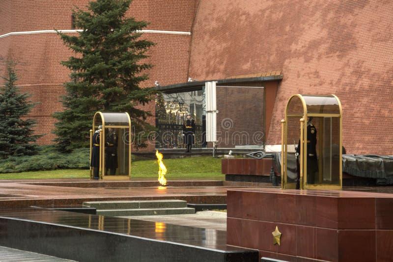 Vakten av heder på den eviga flamman på gravvalvet av den okända soldaten nära väggarna av MoskvaKreml royaltyfri fotografi