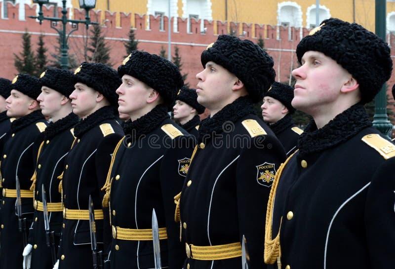 Vakten av heder under en ceremoni av att lägga blommor på gravvalvet av den okända soldaten i den Alexander trädgården i Moskva arkivbild