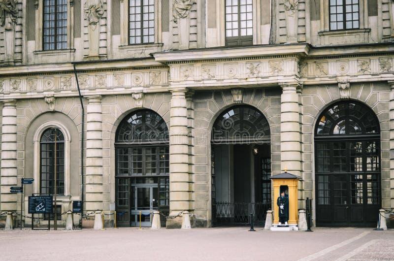 Vakten står tjänstgörande på den kungliga slotten Stockholm Sverige arkivfoto