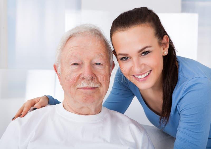 Vaktmästare med den höga mannen på vårdhemmet royaltyfri bild