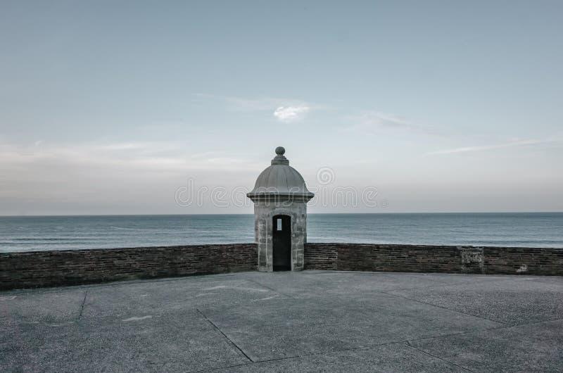 Vaktpostask av San Cristobal Castle och havet i San Juan, Puer arkivfoto