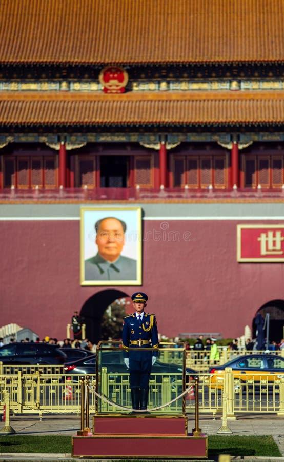 Vaktsoldat och ordförandeMao Zedong stående i Tian An Men, Peking, Kina fotografering för bildbyråer
