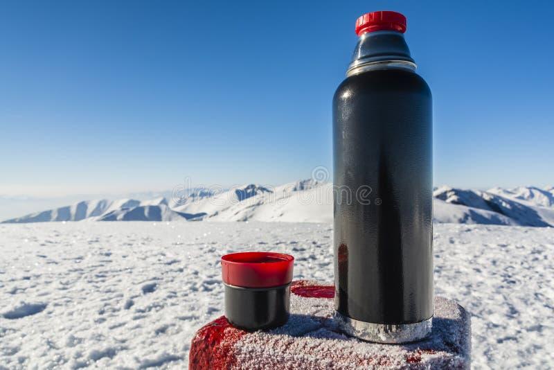 Vakuumflasche heißer Tee auf einer Tabelle mit einem Umgrenzungsmarker in stockbilder