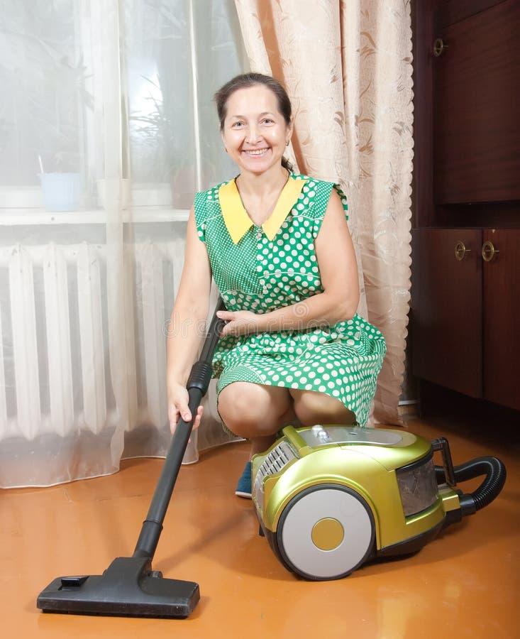 vakuumkvinna för mer cleaner bruk fotografering för bildbyråer