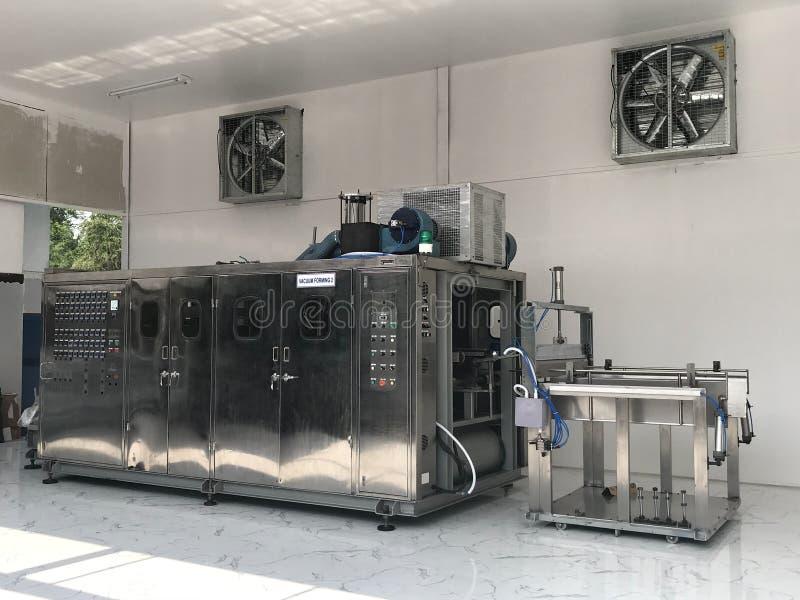 Vakuumthermoformmaschine in der Fabrik,Vakuumthermoformmaschine zur Herstellung von Kunststoffverpackungen,Vakuum stockfoto