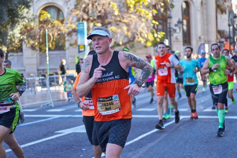 VALÊNCIA, ESPANHA - 2 DE DEZEMBRO: Os corredores competem no XXXVIII Valencia Marathon o 18 de dezembro de 2018 em Valência, Espa fotos de stock