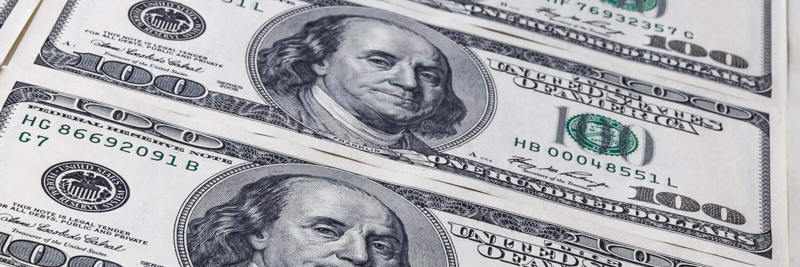 Valörer på hundra dollar ett ark som sträcker in i avståndet bakgrund fakturerar lagt talrikt för dollarram full arkivbild