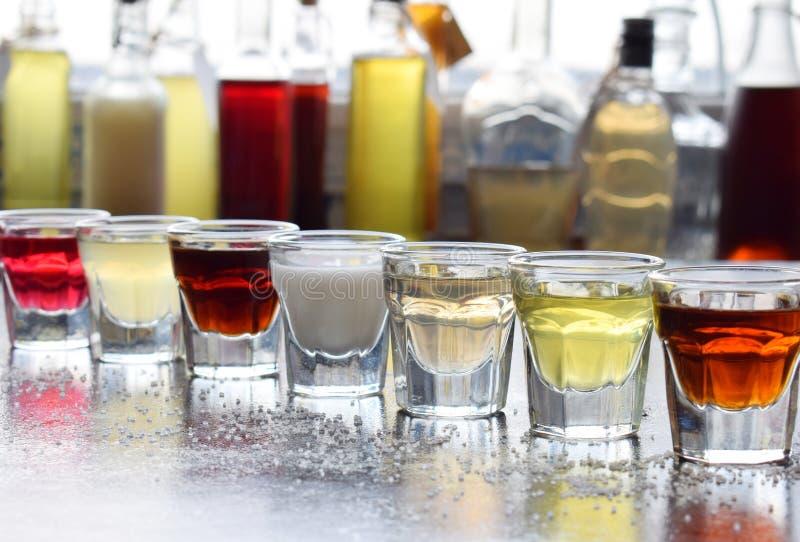 Val av alkoholdrycker Uppsättning av vin, konjak, likör, tinktur, konjak, whisky i exponeringsglas, flaskor Stor variation av alc arkivbilder