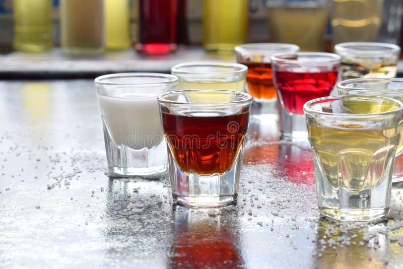 Val av alkoholdrycker Uppsättning av vin, konjak, likör, tinktur, konjak, whisky i exponeringsglas Stor variation av alkohol och  royaltyfri foto