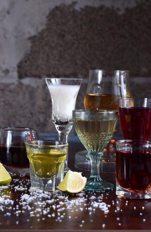 Val av alkoholdrycker Uppsättning av vin, konjak, likör, tinktur, konjak, whisky i exponeringsglas Stor variation av alkohol och  arkivbild