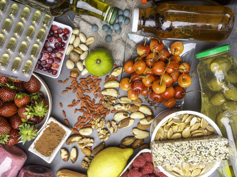 Val av antioxidant mat Sund superfood, detoxification med olika bär, fruktsafter, ny föda för pulver på tabellen fotografering för bildbyråer