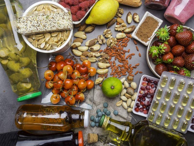 Val av antioxidant mat Sund superfood, detoxification med olika bär, fruktsafter, ny föda för pulver på tabellen royaltyfri foto