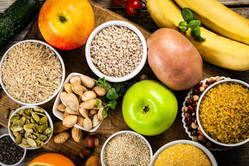 Val av bra kolhydratkällor banta den sunda veganen arkivfoto