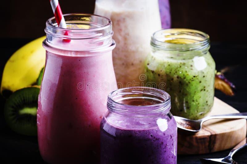 Val av det färgrika bäret och fruktsmoothies och milkshakar, fotografering för bildbyråer