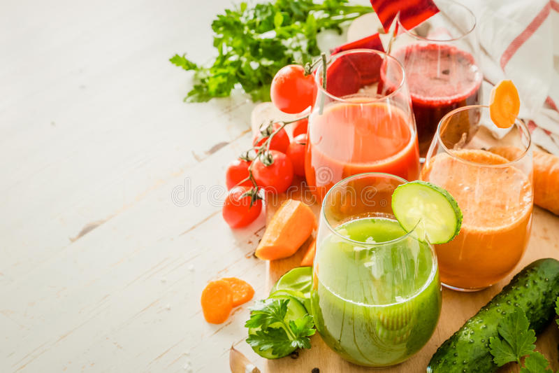 Val av färgrik grönsakfruktsaft i exponeringsglas arkivfoton