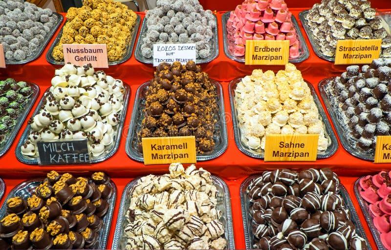 Download Val av fina brända mandlar arkivfoto. Bild av choklad - 37344722