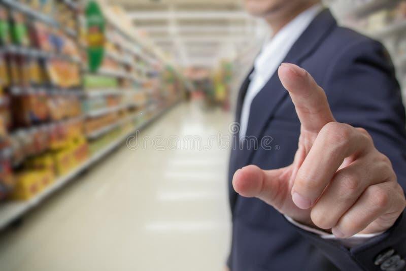 Val av köpande för vård- begrepp: Affärsmanfinger som trycker på med kvällsmålmarknaden royaltyfri bild