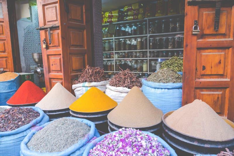 Val av kryddor på en traditionell marockansk marknadssouk i M royaltyfria foton