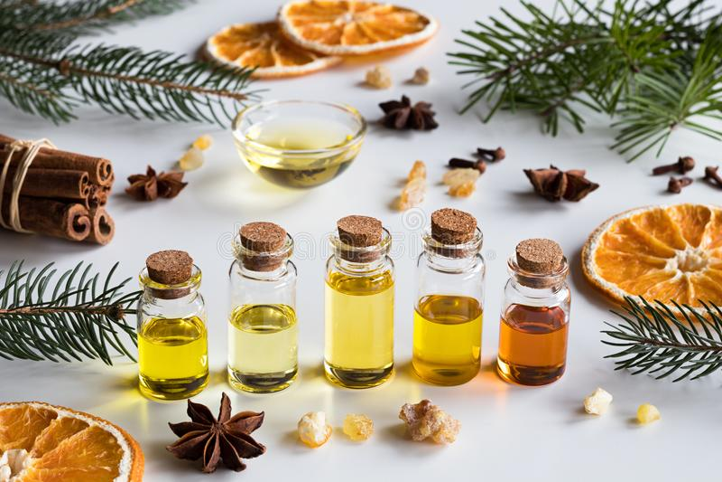 Val av nödvändiga oljor med julkryddor på en vitbac arkivbild