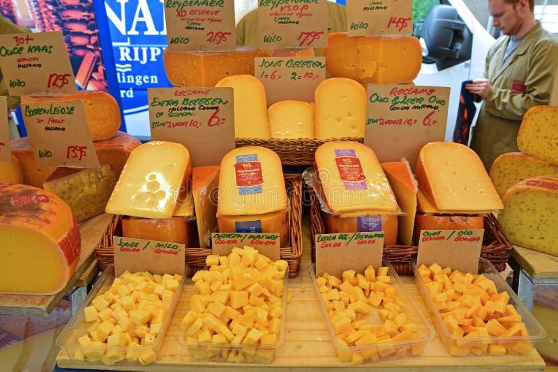 Val av ost på morgonmarknaden i Amsterdam arkivfoton