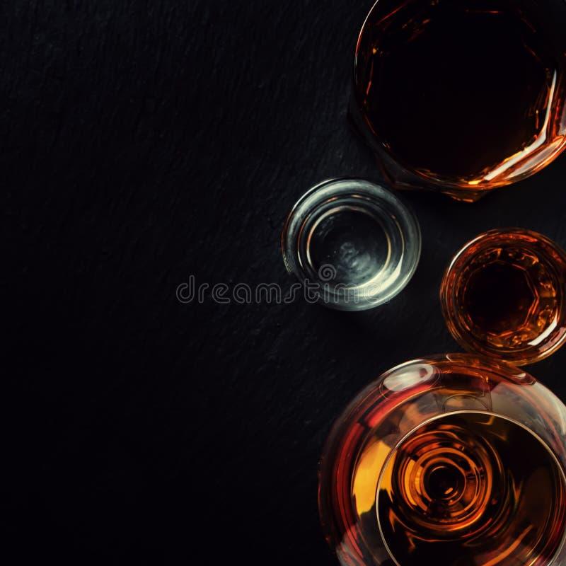 Val av starka alkoholdrycker i exponeringsglas, bästa sikt fotografering för bildbyråer
