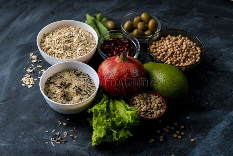 val av sund superfood på svart tavlayttersidan med den fruktsädesslag och örten arkivbilder