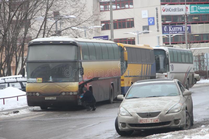 Val- bedrägeri i Ryssland En buss med folk från myndigheterna, som röstar på åtskilliga vallokaler samtidigt royaltyfri foto