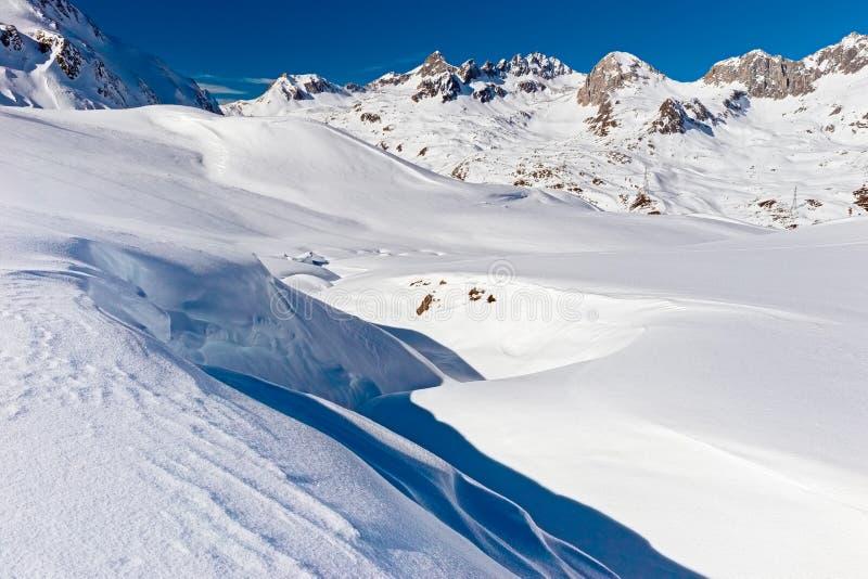 Val Bedretto en un día de invierno soleado foto de archivo