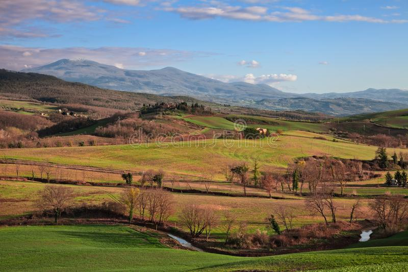 Val d «Orcia, Siena, Tuscany, Włochy: wiosna krajobraz przy zmierzchem wieś fotografia stock