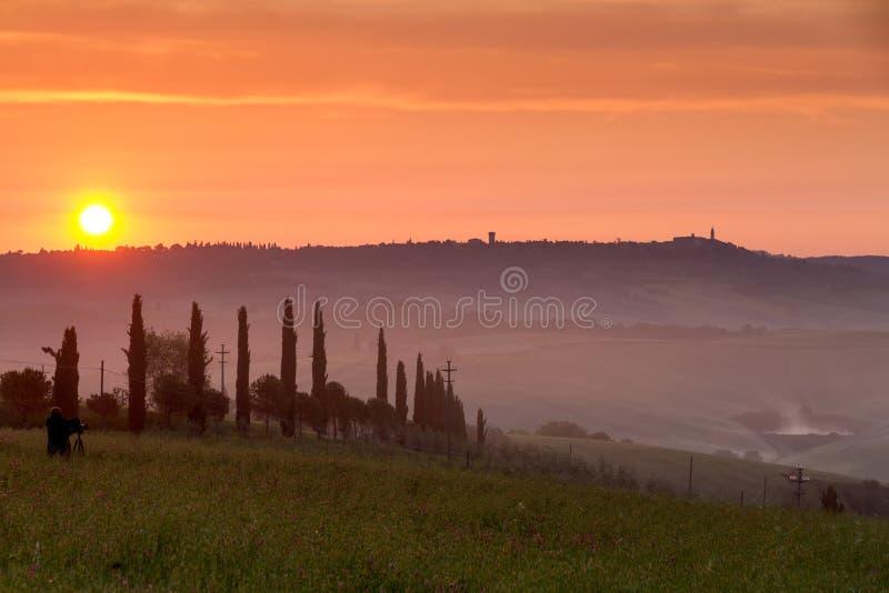 Val d'Orcia przy zmierzchem z fotografem, Włochy obraz royalty free