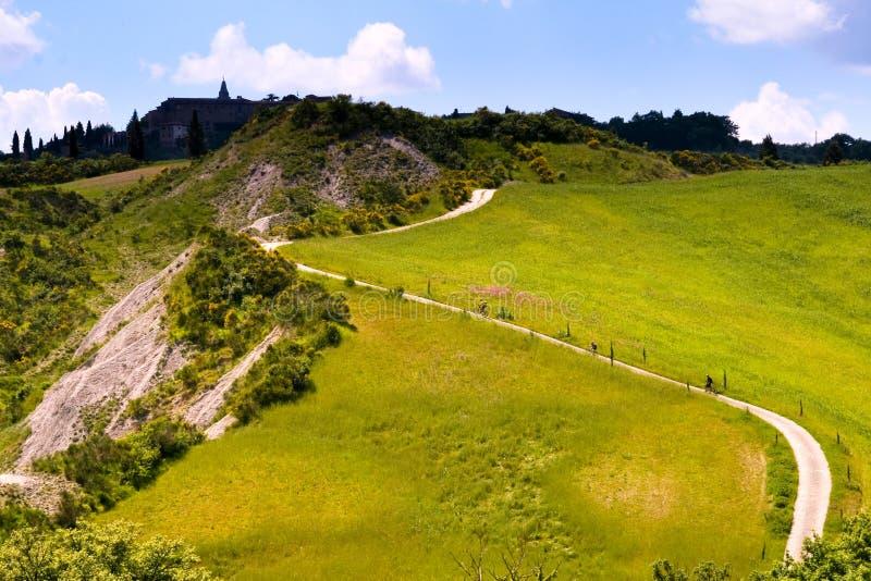 Val d& x27; Orcia Siena, Tuscany, Italien - utfärd i mountainbike royaltyfri fotografi