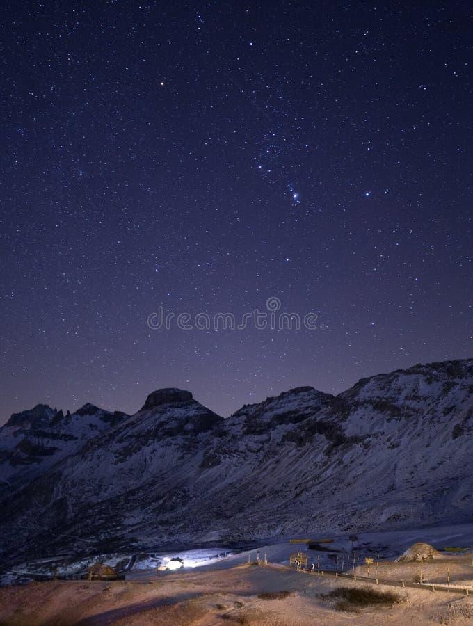 Val di Fassa Dolomites landskap, nattlandskap, stjärnklar himmel royaltyfri fotografi