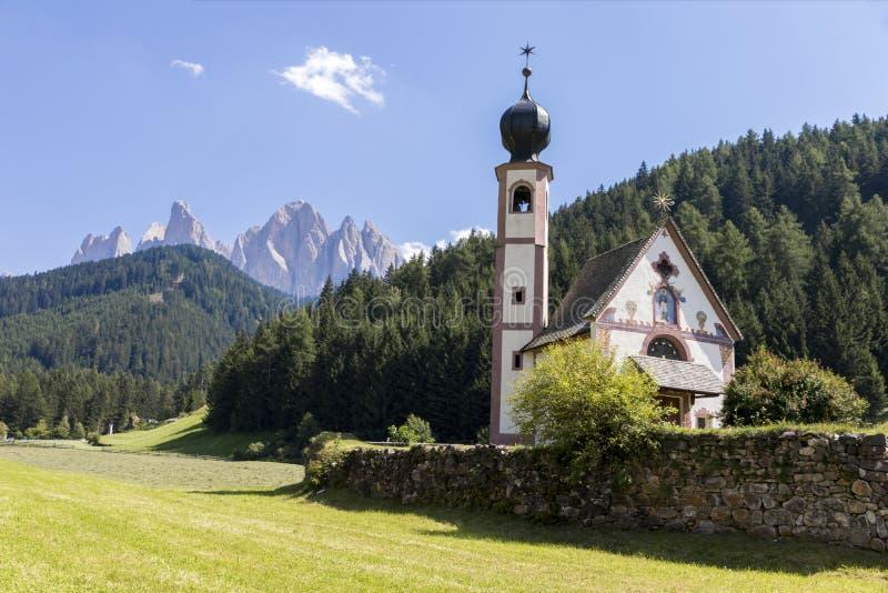 Val di Funes y las dolomías, Italia fotos de archivo