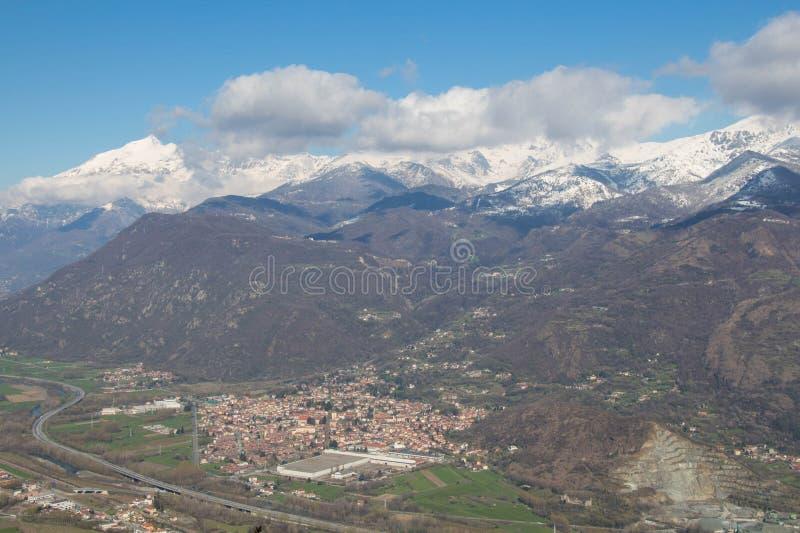 Val Di Sus z swój śnieżnymi Alps na tle i wioskami piedmont Włochy obrazy stock