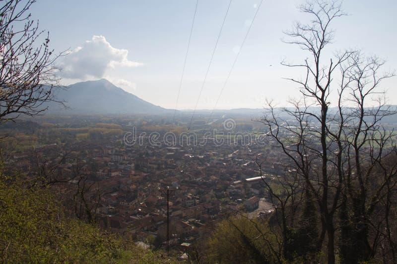 Val di Susa a través de ramas con sus pueblos Piamonte Italia imágenes de archivo libres de regalías