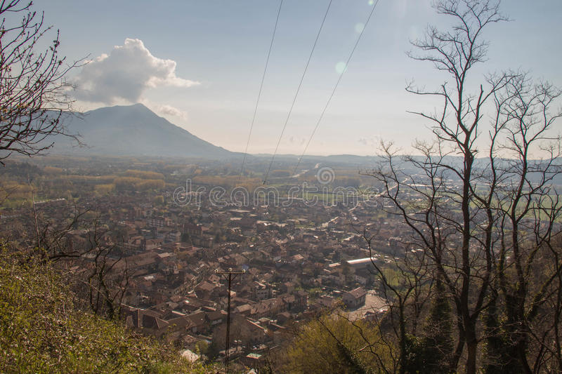 Val di Susa a través de ramas con sus pueblos Piamonte Italia foto de archivo libre de regalías