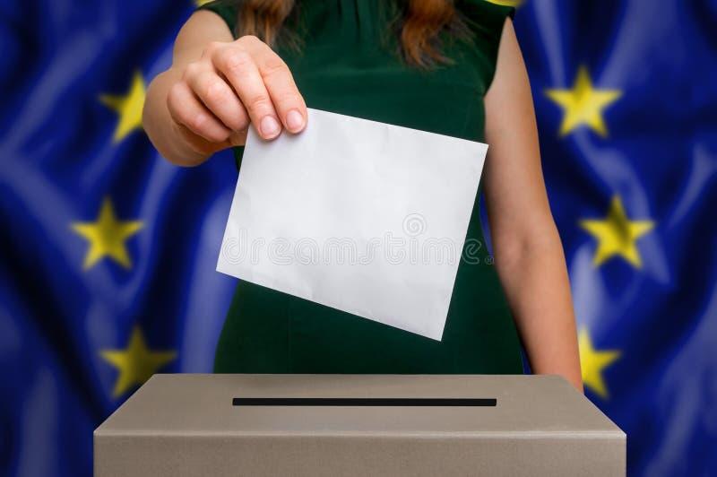 Val i EU - röstning på valurnan arkivfoto