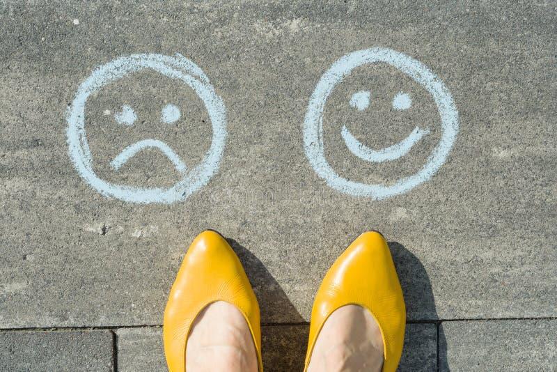 Val - lycklig Smileys eller olyckligt, text på asfaltvägen royaltyfri foto