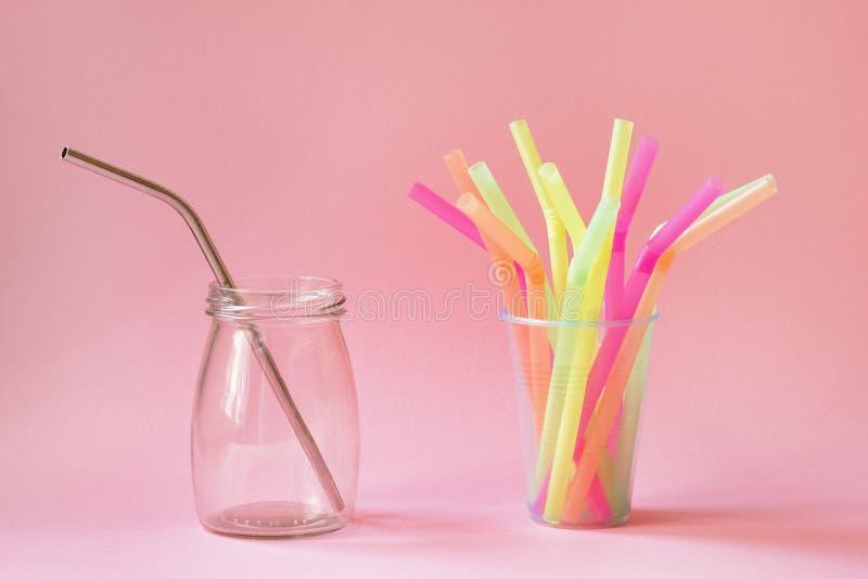 Val mellan återvinningsbart metallsugrör och plast- sugrör royaltyfria foton