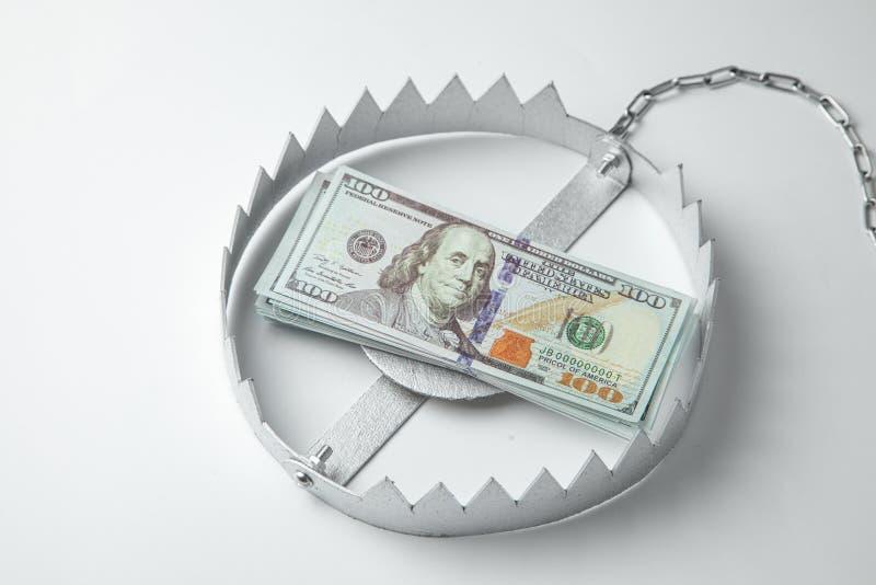 Val met een stapel van geld Gevaarlijk risico voor investering of teleurstelling in zaken Grijze achtergrond royalty-vrije stock fotografie