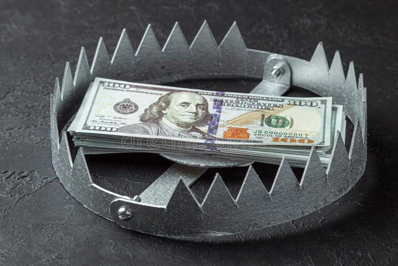 Val met een stapel van geld Gevaarlijk risico voor investering of teleurstelling in zaken Zwarte achtergrond royalty-vrije stock foto