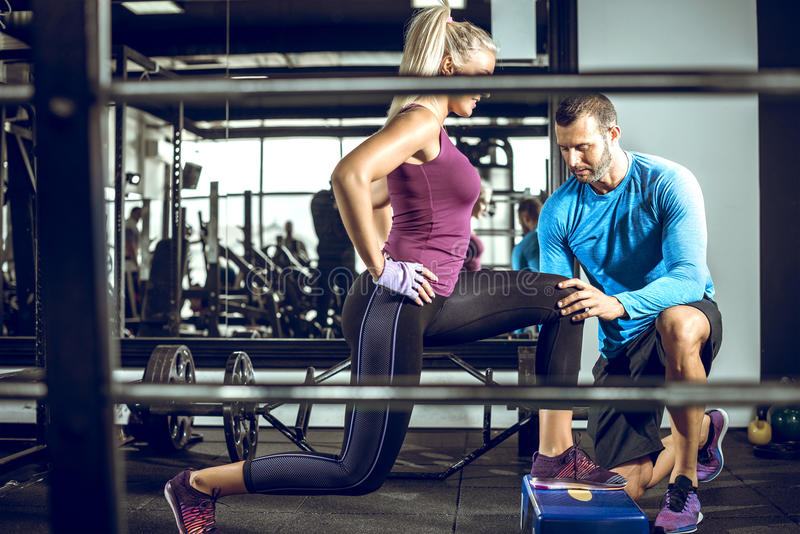 Val oefening met persoonlijke trainer uit royalty-vrije stock foto's