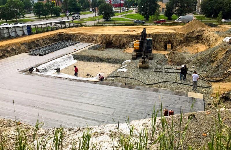 A vala da fundação com maquinaria de construção na construção senta-se fotografia de stock