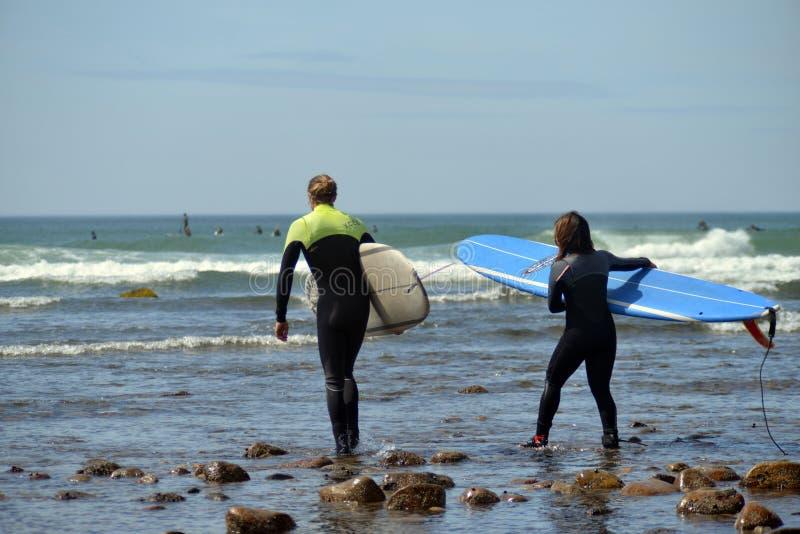 A vala editorial dos surfistas das mulheres Plains Montuak New York fotografia de stock