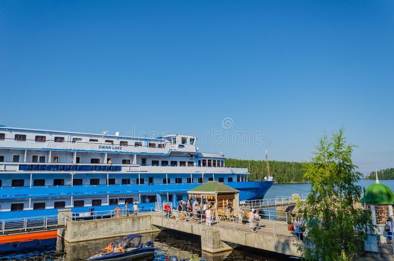Valaam ö, Ryssland - 07 17 2018: Motorskeppet arkivfoto