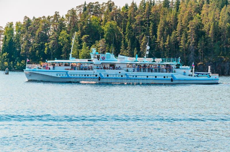 Valaameiland, Rusland 07 17 2018: het schip vervoerden toeristen en pelgrims tussen de eilanden van de Valaam-Archipel royalty-vrije stock afbeeldingen